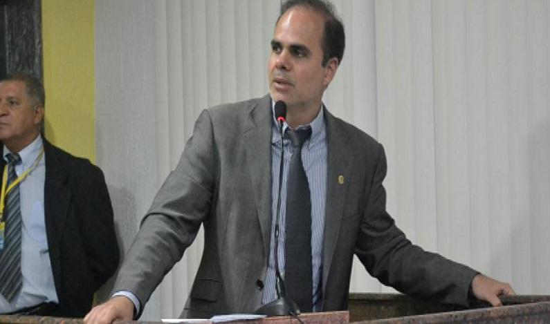 Alan Queiroz solicita recuperação de rua no bairro Liberdade