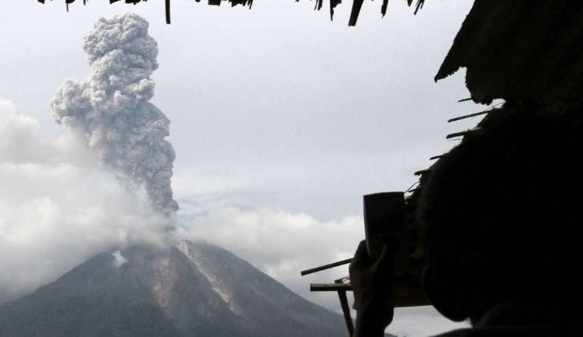 """Vulcão Agung entra em """"fase crítica""""; 75 mil são evacuados de região de Bali"""