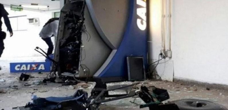 Quadrilha tranca rua com ônibus e explode dez caixas eletrônicos em SP