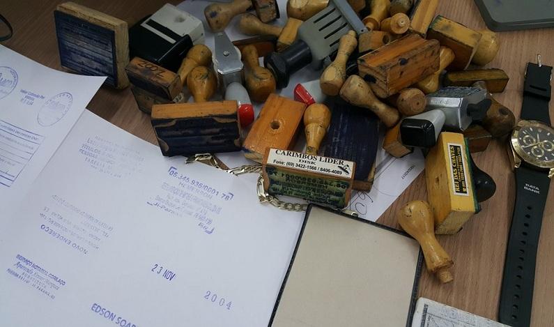 Suspeito de estelionato é preso com carimbos, notas e cheques falsos em Ji-Paraná, RO