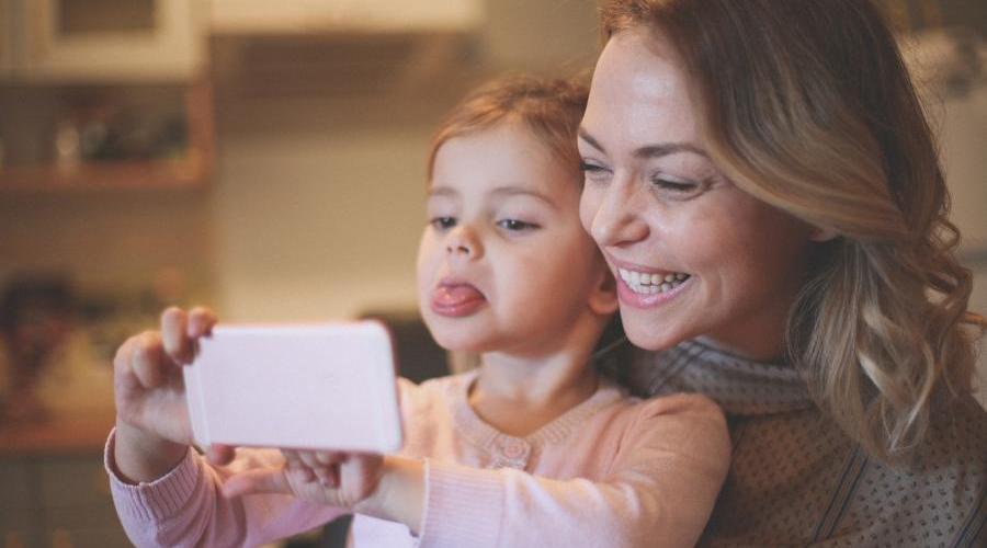 Devo postar fotos dos meus filhos na internet? Veja prós e contras