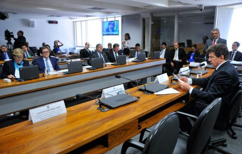 """""""Aqui não Raupp"""", diz Cassol na Comissão do Senado sobre elogios a governo Confúcio"""