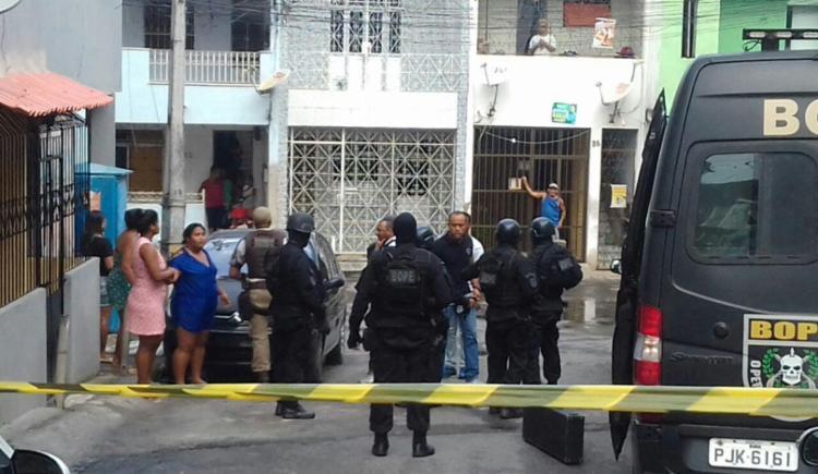 Na Bahia: Após surto, mulher atira em marido e mantém bebê de 3 meses refém