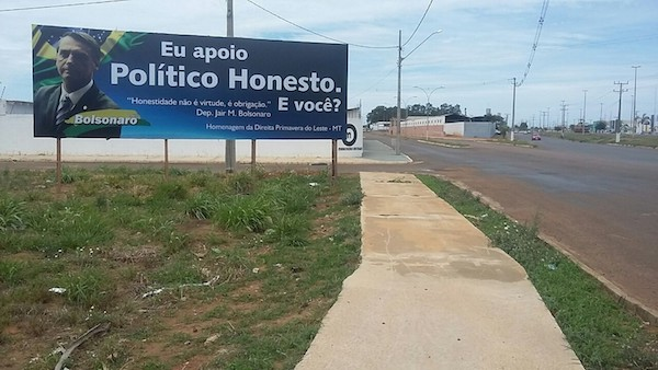 Por propaganda extemporânea, Ministério Público Eleitoral pede retirada de outdoor de apoio a Bolsonaro