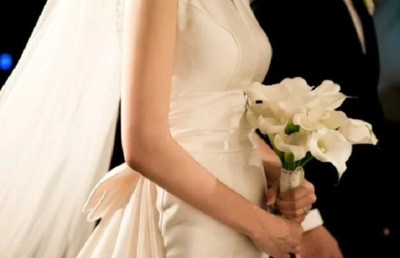 Foto de noivos causa polêmica e proibição de casórios na Grécia