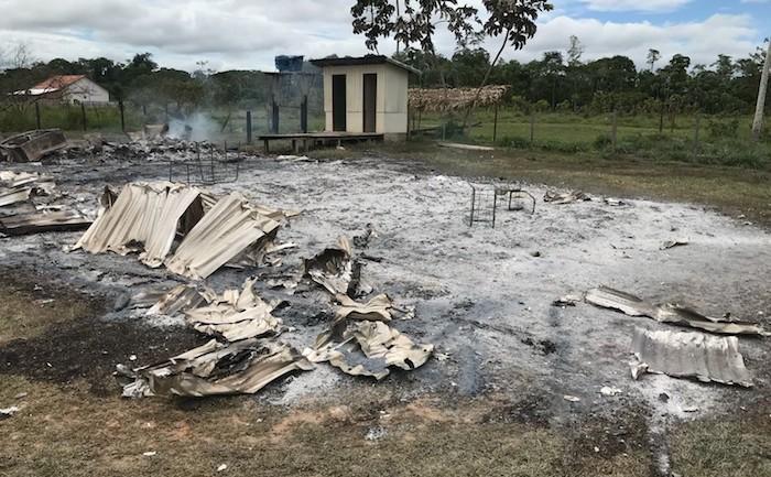 Aluno destrói escola em incêndio após professor chamar atenção por atraso