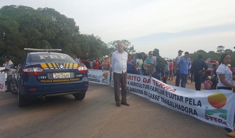 BR-364 é fechada por 150 produtores rurais em Rondônia