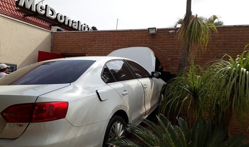 Homem perde controle do carro e invade McDonald's no DF