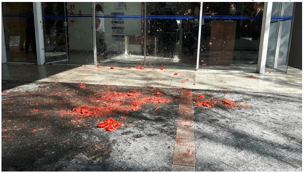 """Gilmar Mendes é recebido com """"tomatadas"""" em frente a seu instituto"""