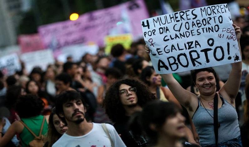 PEC que veta aborto em caso de estupro volta a ser discutida na terça