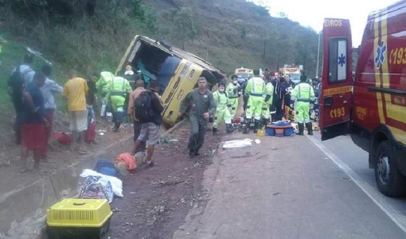 Seis pessoas morrem após tombamento de ônibus em MG