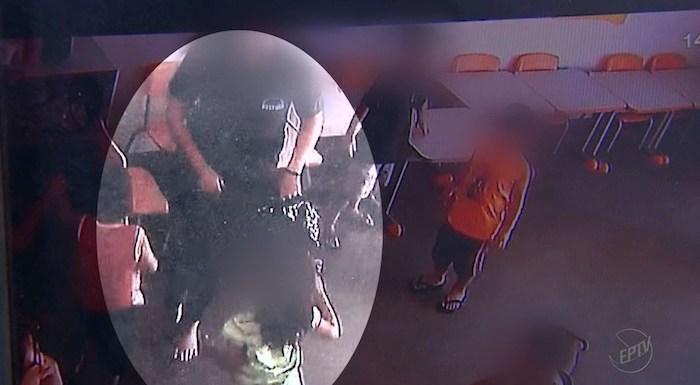 Professora e estagiária são filmadas ao colocar alunos dentro de saco de lixo em creche de, SP; vídeo