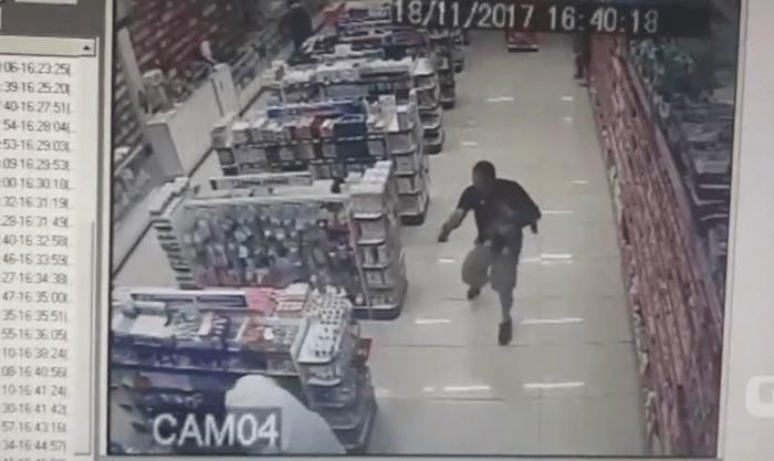 Câmera de segurança flagra PM de folga, com filho no colo que reage a assalto e mata ladrões em farmácia; veja