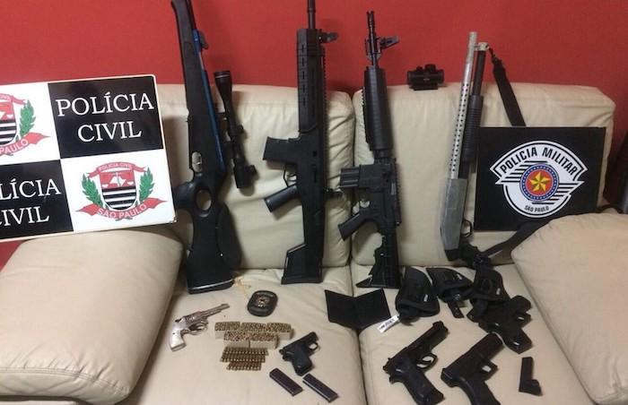Foto publicada em rede social por mulher gera investigação e apreensão de armas, munições e réplicas de fuzis