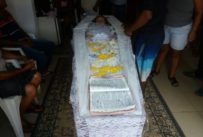 Mãe se nega a enterrar filha declarada morta por crer que ela ainda esteja viva