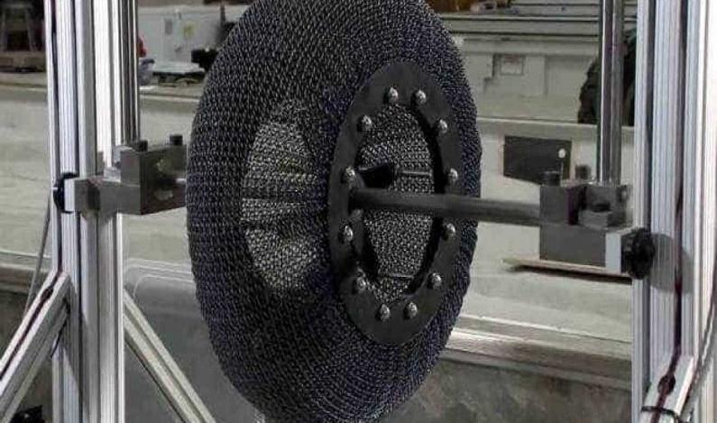 Nasa cria pneu com titânio que nunca estoura