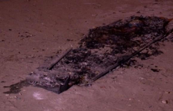 Bandidos invadem velório, retiram caixão e ateiam fogo em corpo