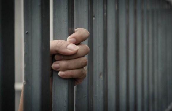 """Cansado de apanhar, homem assalta loja para ser preso e """"fugir"""" da mulher"""