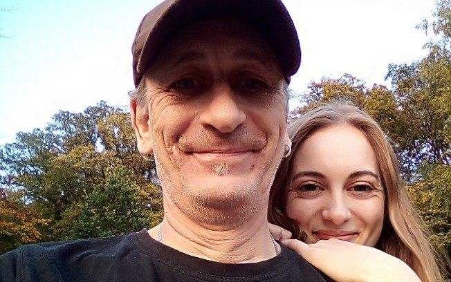 """Para namorar homem de 52, jovem de 19 rompe relações com a família, """"amor é amor"""""""