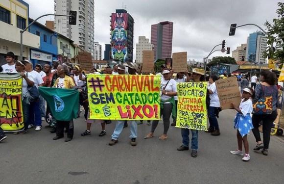 Terça de Carnaval tem protesto de catadores de lixo em SP