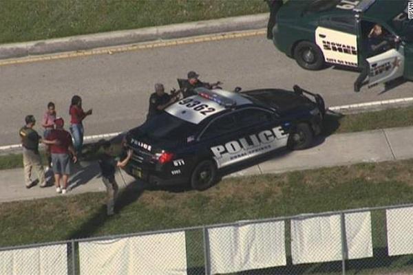 Vídeo feito dentro de escola na Flórida mostra reação de alunos durante tiroteio