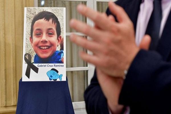 Caso de menino encontrado morto no porta-malas do carro da namorada do pai choca a Espanha