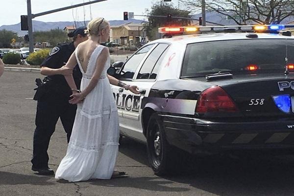 Noiva é detida após se envolver em acidente a caminho do casamento nos EUA