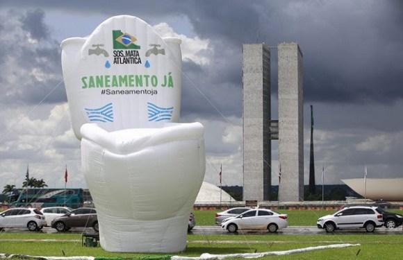 Com sanitário gigante na Esplanada, ativistas pedem saneamento básico