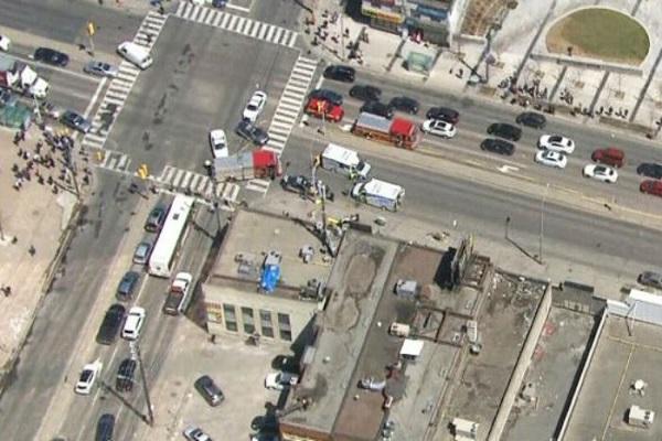 Van atropela multidão e deixa pelo menos 10 feridos em Toronto, no Canadá