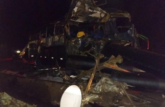 Acidente com ônibus, carreta e caminhonete deixa mortos e feridos na BR-116, em MG