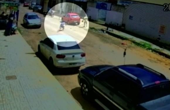 Adolescente tem pé atingido por tiro da própria arma após assaltar loja em Goiás, veja vídeo