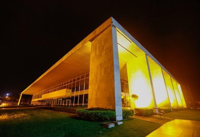 """Auditor-fiscal do DF recebeu R$ 304 mil em fevereiro; 583 servidores """"furaram"""" o teto"""