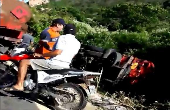 Caminhão carregado com combustível para abastecer cidade tomba em rodovia do Ceará