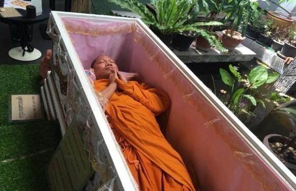 Cafeteria na Tailândia dá desconto para quem decide refletir dentro de caixão