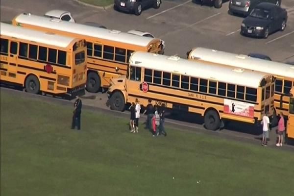 Homem é preso após abrir fogo em escola do Texas