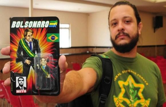 Bolsonaro vira boneco de brinquedo com arma na mão em BH