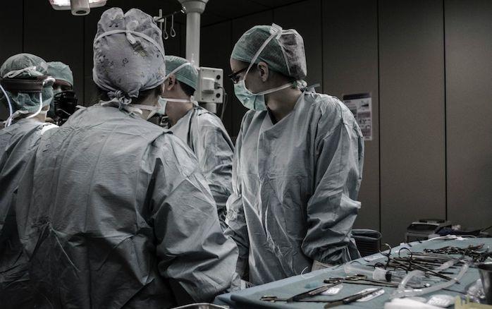 Cirurgiões russos substituem laringe com câncer por parte de intestino do paciente