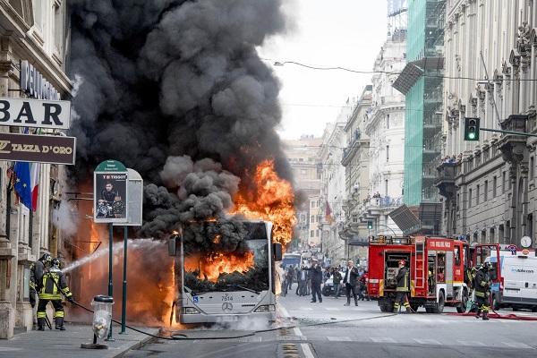 Ônibus explode no centro histórico de Roma