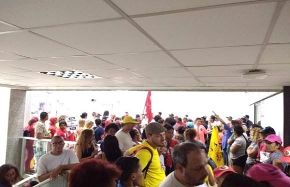 Integrantes do MST e da CUT invadem Ministério das Cidades