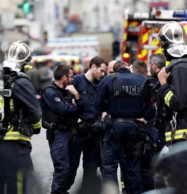 Homem é detido após fazer reféns em Paris