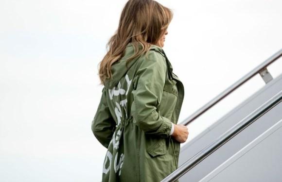 Mulher de Trump usa casaco com frase 'eu realmente não me importo' ao viajar para visitar crianças