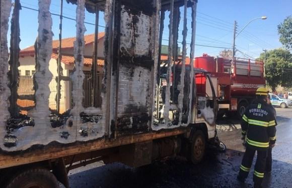 Homem joga moto na frente de caminhão desgovernado em chamas para pará-lo, em GO