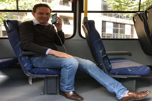 Em dia de sessão de impeachment, Crivella anuncia Wi-Fi e carregador de celular em ônibus