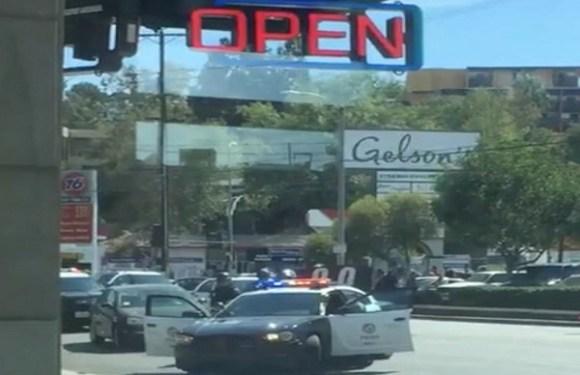 Homem armado faz reféns em loja de Los Angeles, mata uma pessoa e é preso pela polícia