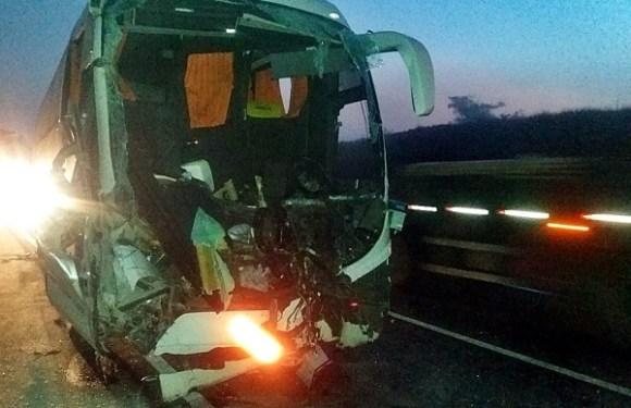 Acidente com ônibus de estudantes da USP e carreta deixa 17 feridos em MG