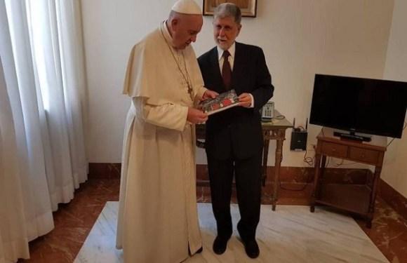 Papa Francisco abençoa ex-presidente Lula e escreve recado ao petista
