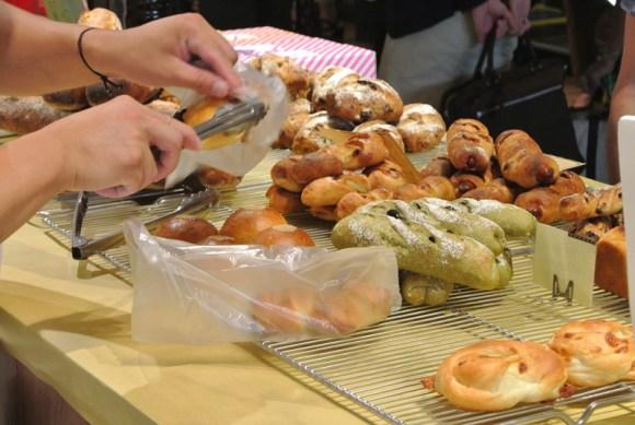 袋詰めされるブレッドハウスバンブーのパン