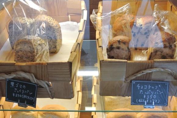 山食型のミニサイズ「黒ゴマのさっくりパン」と「チョコチップたっぷりパン」