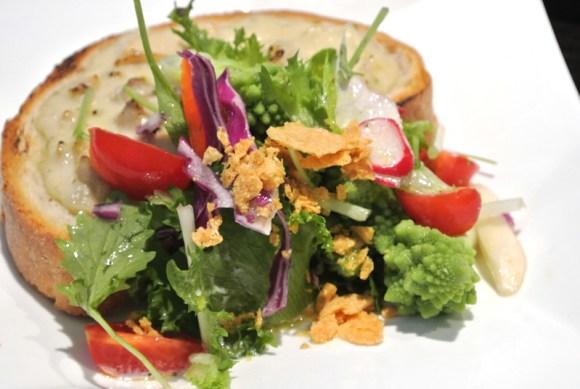 ハチミツとオリーブオイルのドレッシングがけされたフリルレタスやロマネスコなどのサラダ