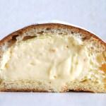 てっぺんまでぎっしりとカスタードクリームが詰まった京都 ル・プチメックOMAKE「クリームパン」断面